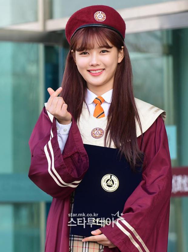 Loạt idol Kpop tốt nghiệp hôm nay: Kim Yoo Jung đẹp đến đẳng cấp nữ thần, Wanna One và NCT đọ vẻ điển trai - Ảnh 2.