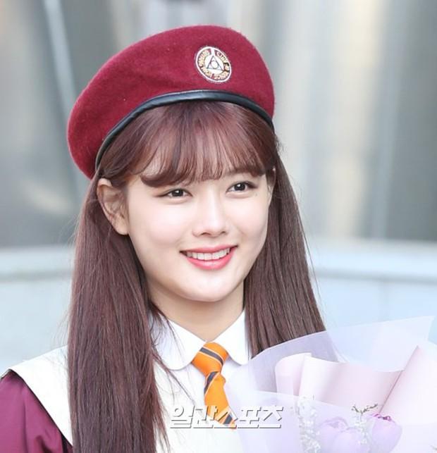 Loạt idol Kpop tốt nghiệp hôm nay: Kim Yoo Jung đẹp đến đẳng cấp nữ thần, Wanna One và NCT đọ vẻ điển trai - Ảnh 4.