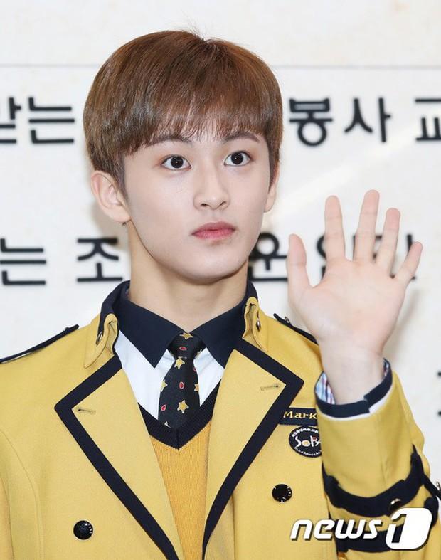Loạt idol Kpop tốt nghiệp hôm nay: Kim Yoo Jung đẹp đến đẳng cấp nữ thần, Wanna One và NCT đọ vẻ điển trai - Ảnh 14.