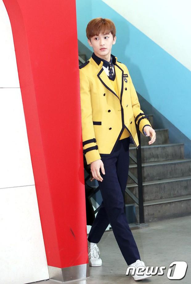 Loạt idol Kpop tốt nghiệp hôm nay: Kim Yoo Jung đẹp đến đẳng cấp nữ thần, Wanna One và NCT đọ vẻ điển trai - Ảnh 12.