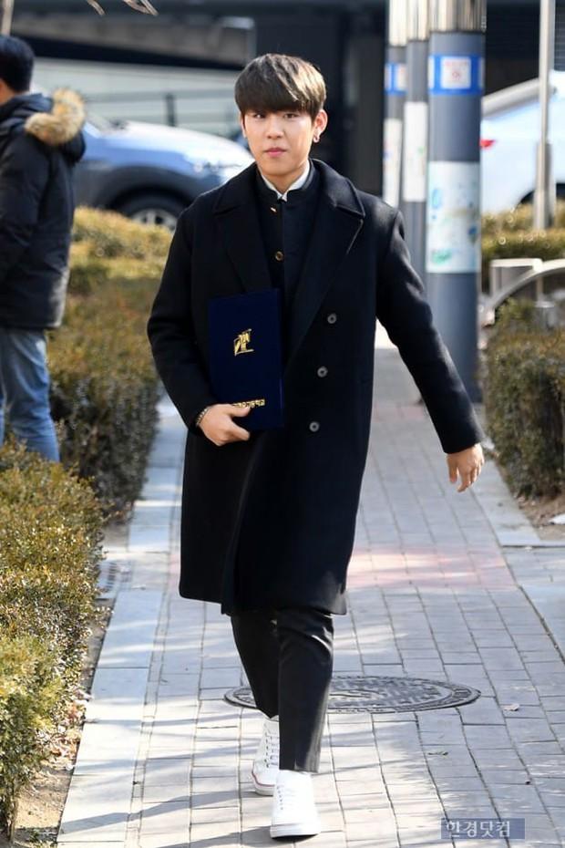 Loạt idol Kpop tốt nghiệp hôm nay: Kim Yoo Jung đẹp đến đẳng cấp nữ thần, Wanna One và NCT đọ vẻ điển trai - Ảnh 9.
