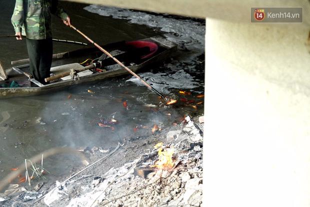 Clip, ảnh: Cá chép tiễn Táo quân vừa bơi tới cầu Diễn đã bị chích điện lôi lên bờ - Ảnh 7.