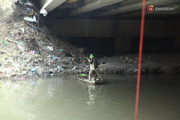 Clip, ảnh: Cá chép tiễn Táo quân vừa bơi tới cầu Diễn đã bị chích điện lôi lên bờ - Ảnh 8.