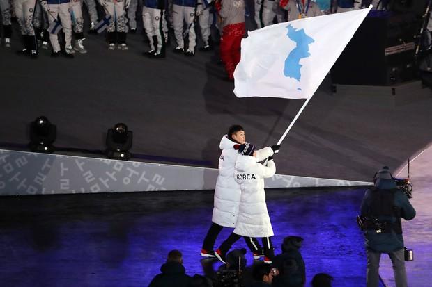 Nữ hoàng trượt băng Kim Yuna thắp đuốc khai mạc Olympics mùa Đông 2018 - Ảnh 4.