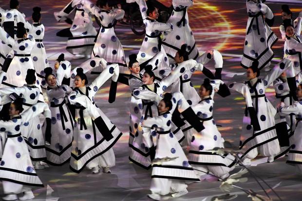 Nữ hoàng trượt băng Kim Yuna thắp đuốc khai mạc Olympics mùa Đông 2018 - Ảnh 12.