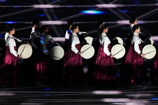 Nữ hoàng trượt băng Kim Yuna thắp đuốc khai mạc Olympics mùa Đông 2018 - Ảnh 11.