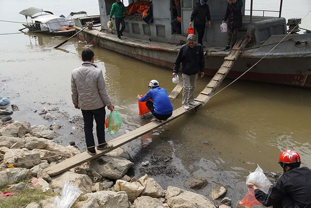 Sông Hồng ô nhiễm nặng sau ngày cúng Táo quân - Ảnh 1.