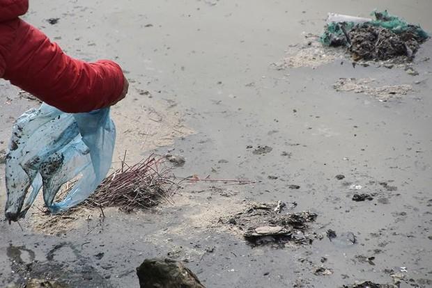 Sông Hồng ô nhiễm nặng sau ngày cúng Táo quân - Ảnh 2.