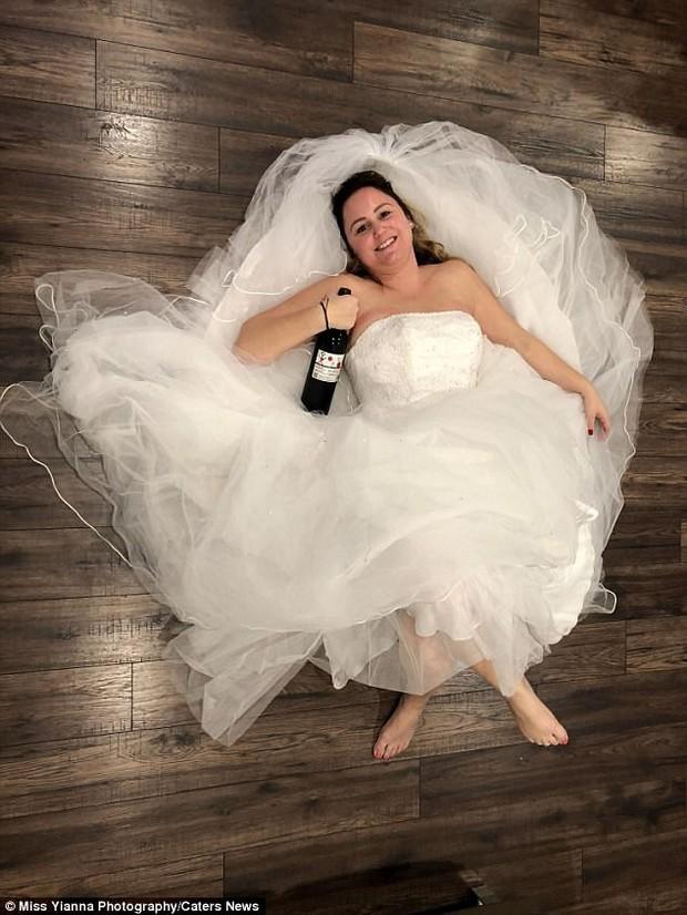 """Ngày ly hôn, người phụ nữ cùng hội bạn thân mặc váy cưới, mỗi người một chai rượu """"quậy tới bến"""" - Ảnh 1."""
