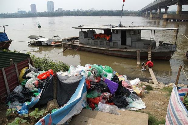 Sông Hồng ô nhiễm nặng sau ngày cúng Táo quân - Ảnh 11.