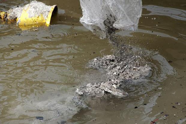 Sông Hồng ô nhiễm nặng sau ngày cúng Táo quân - Ảnh 3.