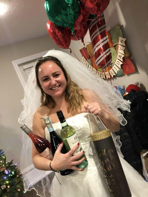 """Ngày ly hôn, người phụ nữ cùng hội bạn thân mặc váy cưới, mỗi người một chai rượu """"quậy tới bến"""" - Ảnh 3."""
