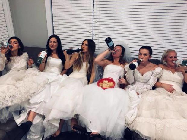 """Ngày ly hôn, người phụ nữ cùng hội bạn thân mặc váy cưới, mỗi người một chai rượu """"quậy tới bến"""" - Ảnh 4."""