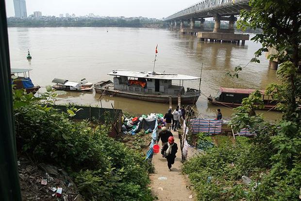 Sông Hồng ô nhiễm nặng sau ngày cúng Táo quân - Ảnh 5.