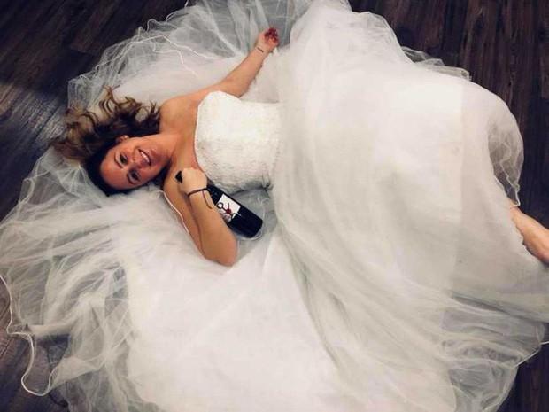 """Ngày ly hôn, người phụ nữ cùng hội bạn thân mặc váy cưới, mỗi người một chai rượu """"quậy tới bến"""" - Ảnh 5."""