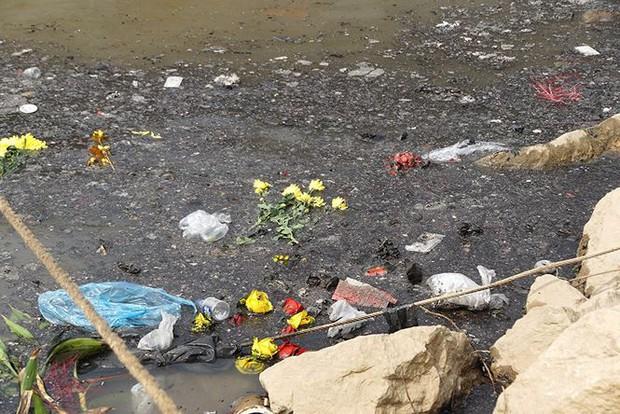Sông Hồng ô nhiễm nặng sau ngày cúng Táo quân - Ảnh 6.