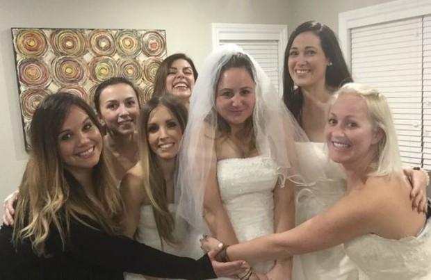"""Ngày ly hôn, người phụ nữ cùng hội bạn thân mặc váy cưới, mỗi người một chai rượu """"quậy tới bến"""" - Ảnh 7."""