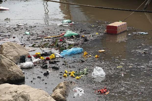 Sông Hồng ô nhiễm nặng sau ngày cúng Táo quân - Ảnh 8.