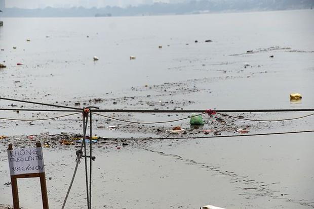 Sông Hồng ô nhiễm nặng sau ngày cúng Táo quân - Ảnh 9.
