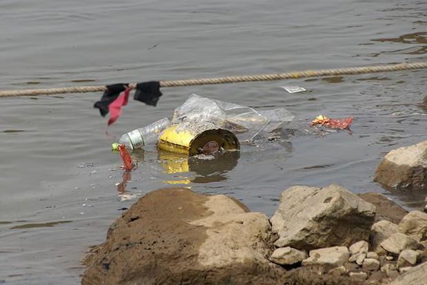 Sông Hồng ô nhiễm nặng sau ngày cúng Táo quân - Ảnh 10.