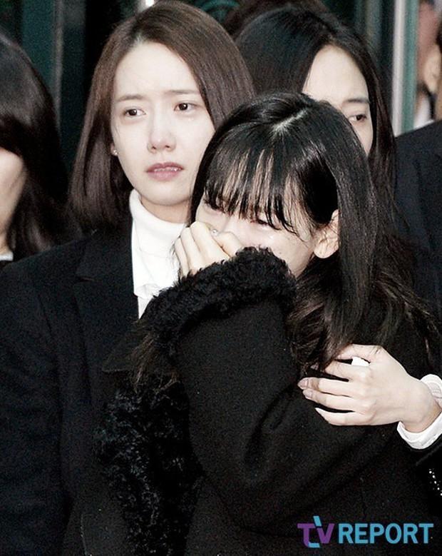 Lee Hi nghẹn ngào hát tưởng nhớ Jonghyun và phản ứng của Taeyeon dưới khán đài khiến fan càng thêm xót xa - Ảnh 8.