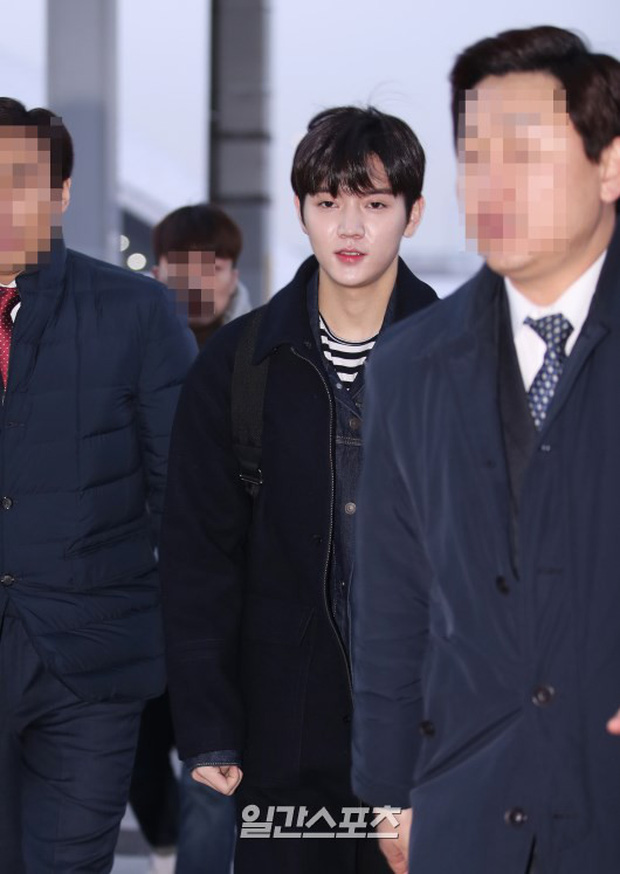 Dàn trai đẹp Wanna One khiến sân bay náo loạn vì chật kín fan, mỹ nam nhóm NUEST lại đẹp hơn cả con gái - Ảnh 24.