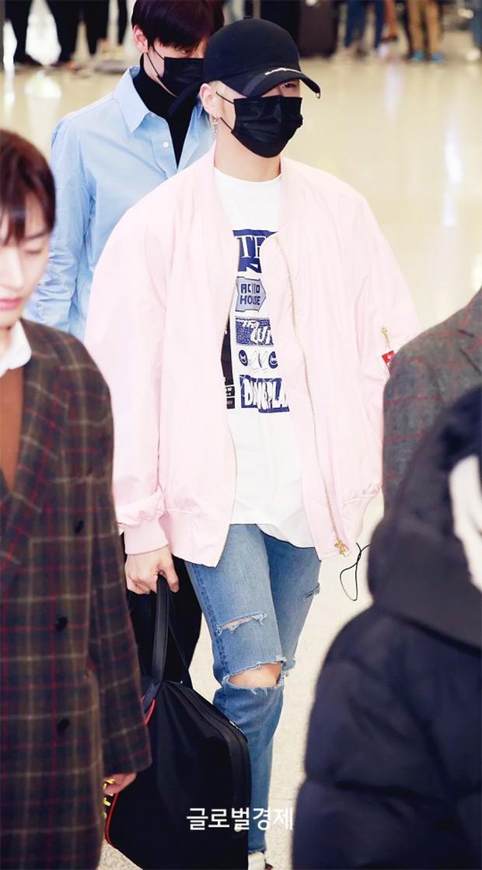 Dàn trai đẹp Wanna One khiến sân bay náo loạn vì chật kín fan, mỹ nam nhóm NUEST lại đẹp hơn cả con gái - Ảnh 6.
