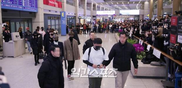Dàn trai đẹp Wanna One khiến sân bay náo loạn vì chật kín fan, mỹ nam nhóm NUEST lại đẹp hơn cả con gái - Ảnh 1.