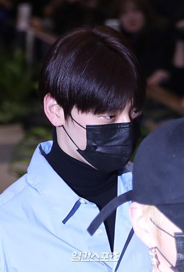 Dàn trai đẹp Wanna One khiến sân bay náo loạn vì chật kín fan, mỹ nam nhóm NUEST lại đẹp hơn cả con gái - Ảnh 13.