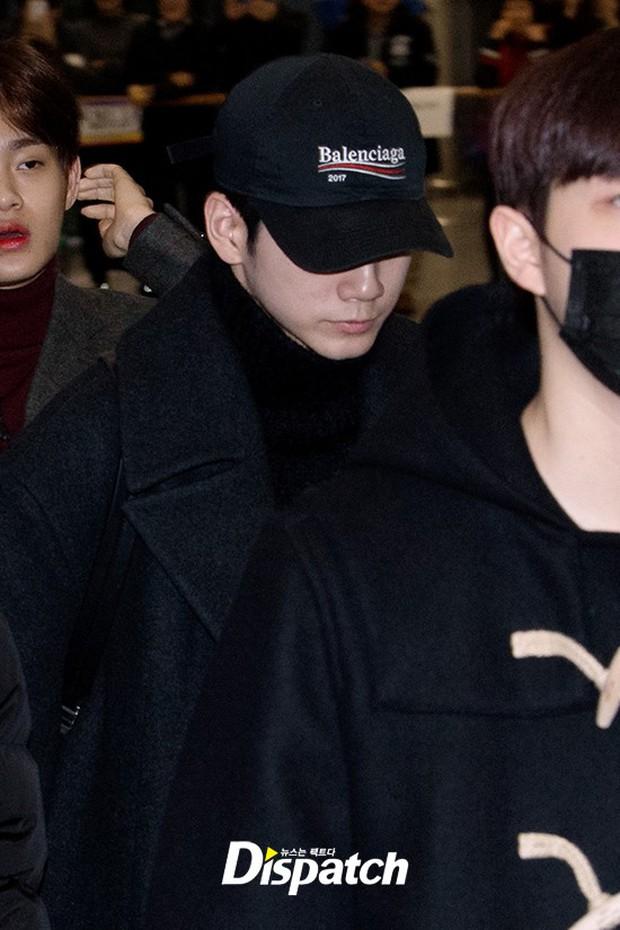 Dàn trai đẹp Wanna One khiến sân bay náo loạn vì chật kín fan, mỹ nam nhóm NUEST lại đẹp hơn cả con gái - Ảnh 14.
