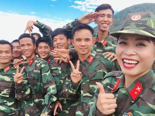 MC Chúng tôi là chiến sĩ sắp lên xe hoa, được bạn trai quỳ gối cầu hôn ở Hàn Quốc - Ảnh 1.