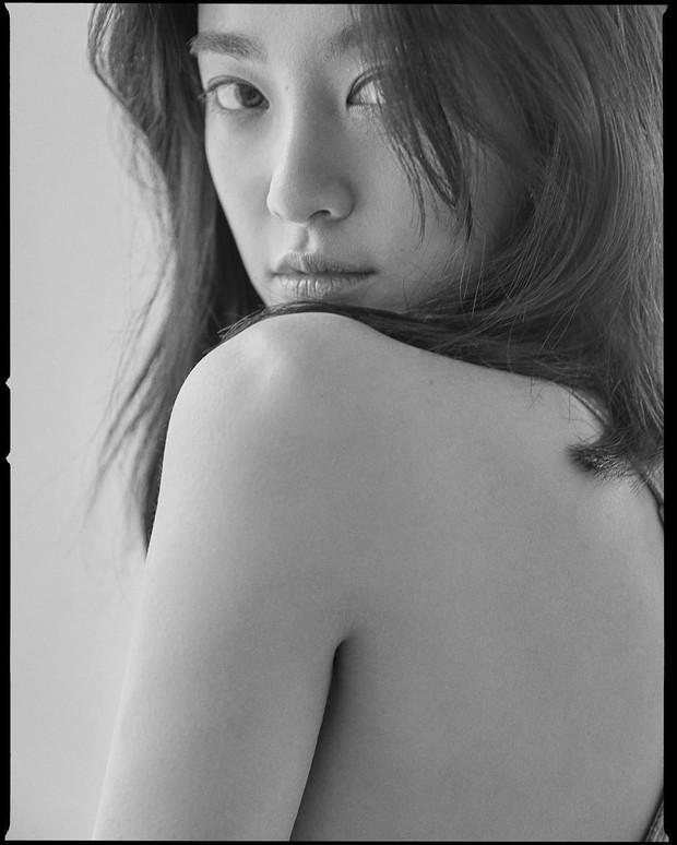 Sau nhiều ngày im ỉm, bạn gái G-Dragon tung loạt ảnh hậu trường tạp chí chứng minh nhan sắc tự nhiên - Ảnh 3.