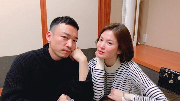 Hiếm lắm mới đăng story Instagram, Song Hye Kyo bỗng thân thiết bên người đàn ông lạ mặt - Ảnh 2.