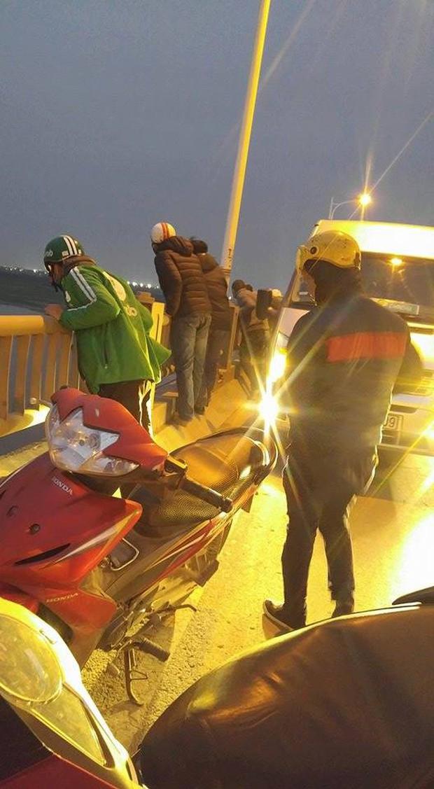 Hà Nội: Nam thanh niên đang đi ô tô qua cầu bất ngờ mở cửa rồi nhảy xuống sông Hồng - Ảnh 2.