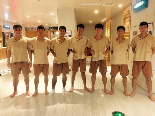 Dàn hot boy U23 Việt Nam đi mát-xa trước trận quyết chiến Iraq - Ảnh 1.