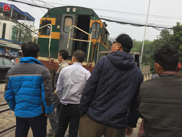 Hà Nội: Công nông tự chế đối đầu tàu hỏa, tài xế thoát thân như trong phim - Ảnh 2.