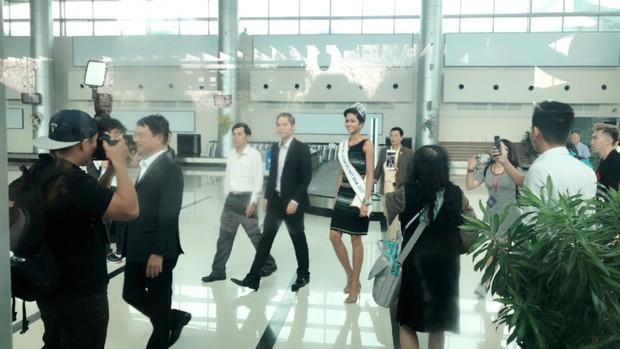 Bố mẹ và người dân Đăk Lăk diện trang phục truyền thống, nô nức đón Tân Hoa hậu HHen Niê trở về quê hương - Ảnh 5.
