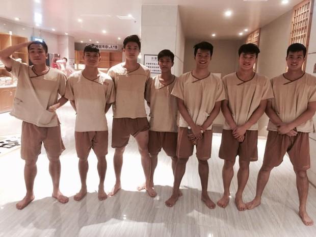 Dàn hot boy U23 Việt Nam đi mát-xa trước trận quyết chiến Iraq - Ảnh 2.