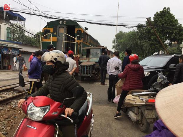 Hà Nội: Công nông tự chế đối đầu tàu hỏa, tài xế thoát thân như trong phim - Ảnh 3.