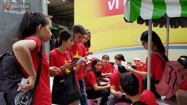Người dân hai miền đổ xô mua cờ, băng rôn cổ vũ trận bán kết lịch sử giữa U23 Việt Nam và U23 Qatar - Ảnh 6.