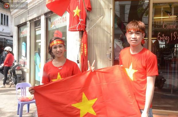 Người dân hai miền đổ xô mua cờ, băng rôn cổ vũ trận bán kết lịch sử giữa U23 Việt Nam và U23 Qatar - Ảnh 1.