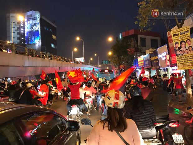 Đến nửa đêm, tiếng reo hò vẫn tưng bừng khắp các ngõ phố sau chiến thắng lịch sử của đội tuyển U23 Việt Nam - Ảnh 2.