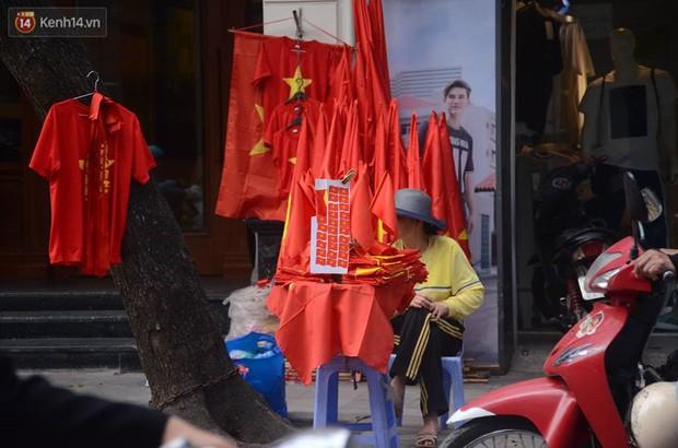 Người dân hai miền đổ xô mua cờ, băng rôn cổ vũ trận bán kết lịch sử giữa U23 Việt Nam và U23 Qatar - Ảnh 5.