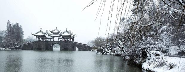 Mưa tuyết, giá lạnh tràn xuống Trung Quốc: Sinh viên cầm ô, xếp hàng lên lớp - Ảnh 7.