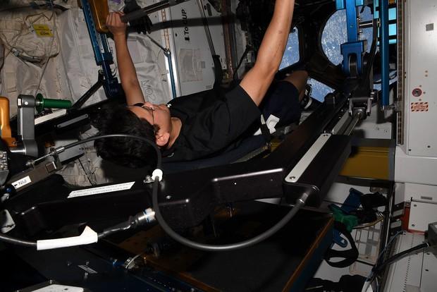 Báo Nhật đính chính: Phi hành gia sống 25 ngày trên vũ trụ chỉ cao lên 2 cm chứ không phải 9cm - Ảnh 4.