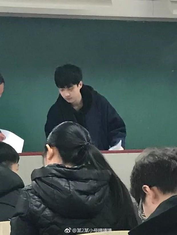 Chỉ sau 1 bức ảnh trông thi, thầy giáo trẻ bỗng nổi như cồn với biệt danh Hà Dĩ Thâm phiên bản đời thực - Ảnh 2.
