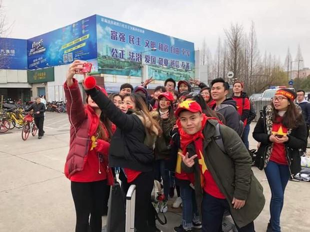 CĐV Việt Nam tại Trung Quốc vượt hàng trăm cây số để cổ vũ cho đội tuyển U23 Việt Nam trước trận đấu lịch sử với Qatar - Ảnh 4.
