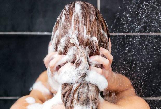 Thấy tóc rụng cả búi to trong mùa đông là do những thói quen xấu này đây - Ảnh 3.