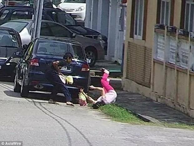 Clip: Cụ già bị cướp giật trên phố, người qua đường ngoảnh mặt làm ngơ - Ảnh 2.