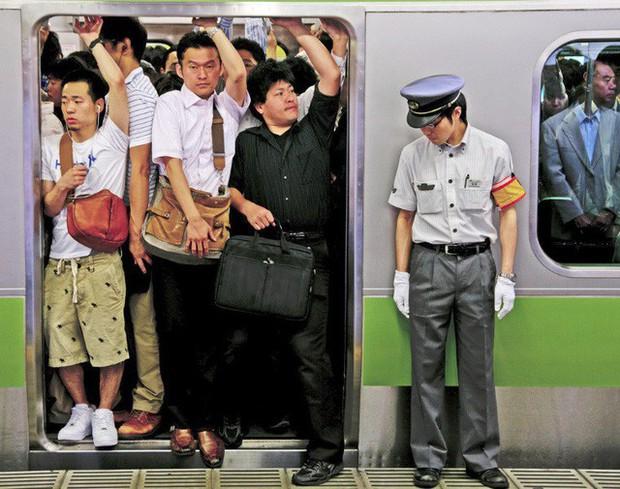 Những Oshiya hành nghề cực lạ ở Nhật Bản: Ngày làm việc 90 phút, công việc chỉ là nhồi càng nhiều khách lên tàu điện càng tốt - Ảnh 2.